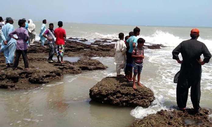 Karachi: Four people drown as hundreds of Kararchiites flocked to tourist hotspots
